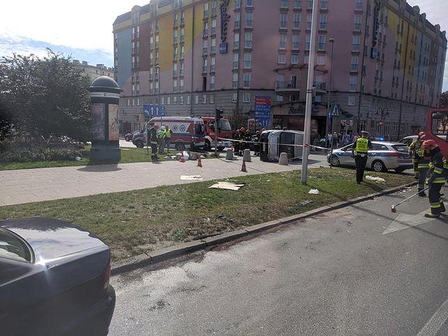 Warszawa. Dachowanie samochodu na pl. Zawiszy