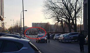 Warszawa. Na jednym z samochodów ciężarowych prawdopodobnie doszło do rozszczelnienia butli z gazem