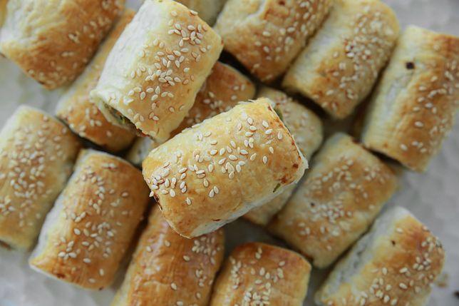 Paszteciki to rodzaj smażonego ciasta drożdżowego z nadzieniem. Farsz jest zwykle mięsny, lub z grzybów i kapusty. Tego rodzaju wypieki są wypełniane podobnymi kombinacjami jak pierogi. Przepisy na paszteciki