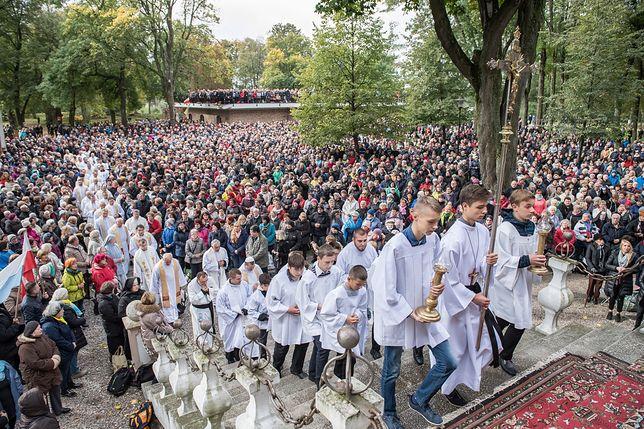 W Tartach, nad Bałtykiem, na wschodniej i zachodniej granicy Polski. Tysiące wiernych modlą się na różańcu