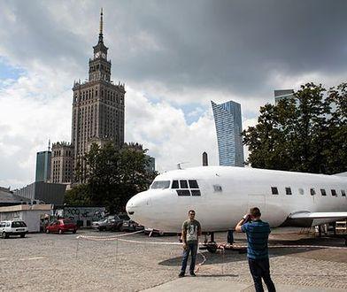 """Olbrzymi samolot w centrum Warszawy. """"To nielegalna konstrukcja"""""""