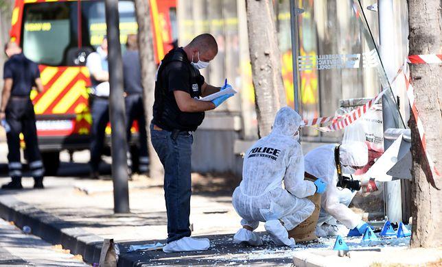 Policja w Marsylii bada miejsce ataku na przystanek autobusowy.