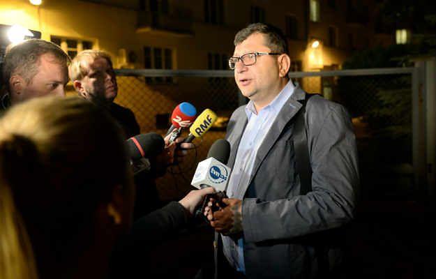 Zbigniew Stonoga po opuszczeniu budynku warszawskiej prokuratury, gdzie został przesłuchany