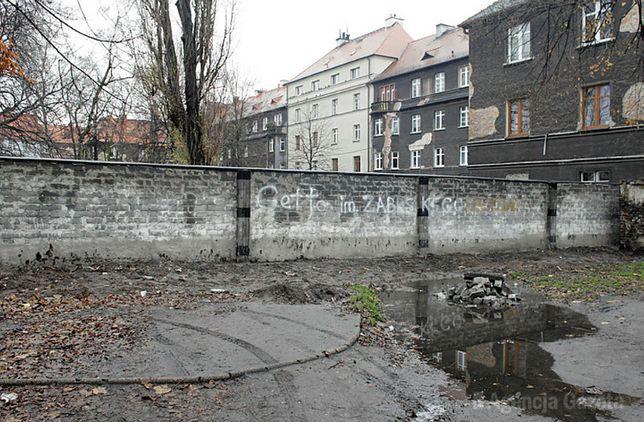 W 2017 r. w Zabrzu postawiono pierwszy mur odgradzający mieszkańców kamienicy od Romów