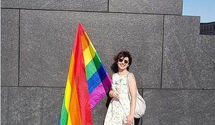 Renata Kim przed pomnikiem upamiętniającym ofiary katastrofy smolenskiej