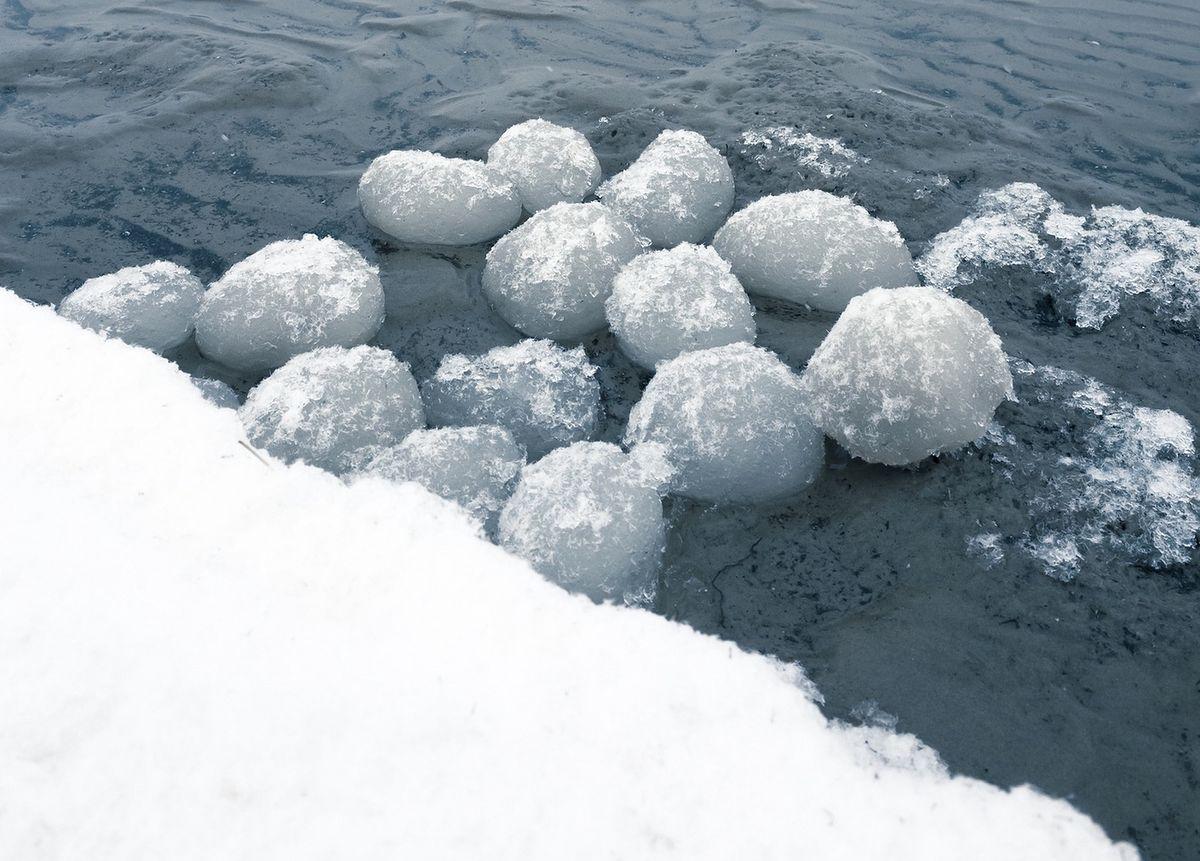 Lodowe kule tworzą się zimą nad Bałtykiem, gdy spełnionych jest kilka warunków
