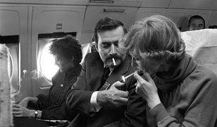 Lech Wałęsa w samolocie do Paryża w 1981 roku z rzeczniczką Krystyną Sobierajską