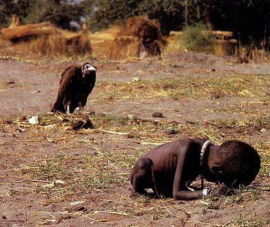 Kevin Carter sfotografował sępa skradającego się za głodującym dzieckiem