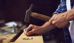 Jak wbić gwoździe bez bólu? 5 skutecznych trików, które warto wypróbować