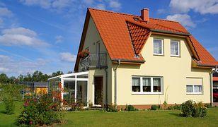 W jakich budynkach mieszkają Polacy?