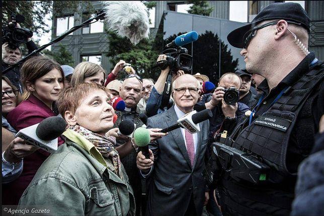 Janina Ochojska przed Sejmem. Drogę do Sejmu blokuje jej Straż Marszałkowska