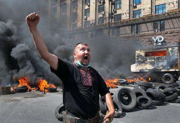 Aktywista Majdanu podczas protestu przeciw likwidacji miasteczka namiotowego