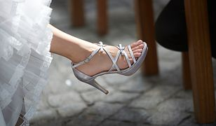 Srebrne sandały na szpilce możesz dobrać np. do białej sukienki maxi