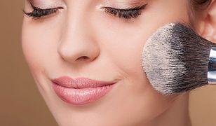 Wiele młodych dziewczyn nosi mocny makijaż