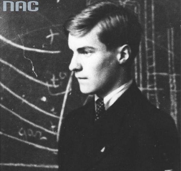 """Tadeusz Zawadzki """"Zośka"""", w szkole przy tablicy, na fotografii wykonanej przed wybuchem wojny"""