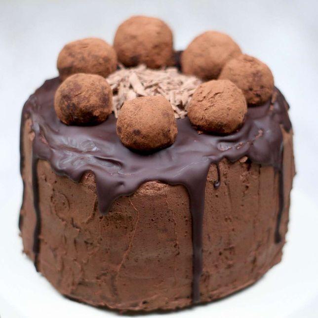 Tort czekoladowy z kremem czekoladowym i pralinami według przepisu z 1920 r.