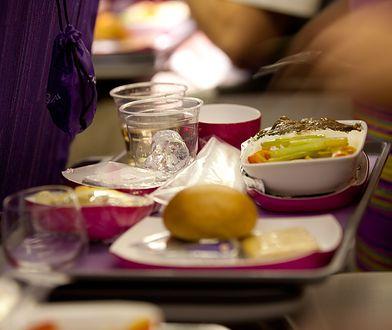 Zajmuje się recenzowaniem jedzenia podawanego w samolotach. Czym nas tam karmią?
