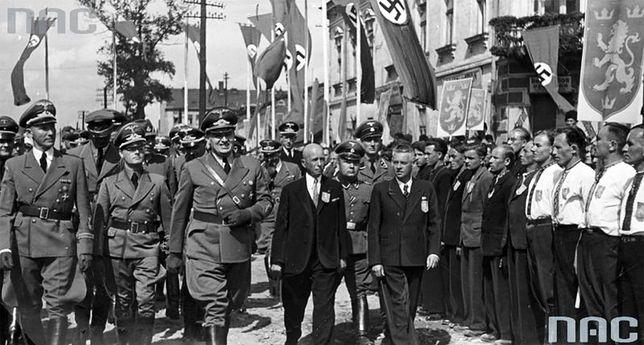 """Wizyta Hansa Franka (trzeci z lewej) we Lwowie. Generalny gubernator przechodzi przed oddziałem ochotników SS """"Galizien"""""""