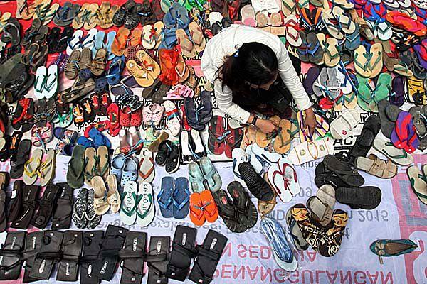Protestujący wysyłają policjantom stare sandały i pantofle