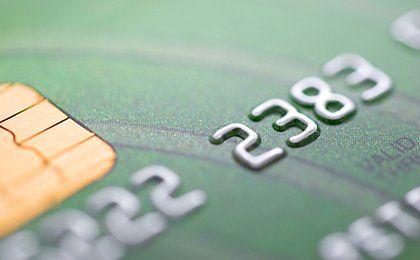 Polacy coraz chętniej płacą kartami