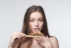 Sprawdź, dlaczego po ciąży wypadają włosy i co robić, by temu zapobiec?