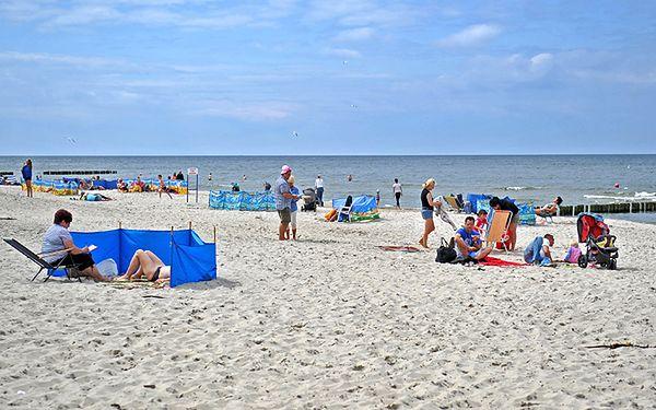 Wczasowicze narzekają na szum morza i piasek między nogami