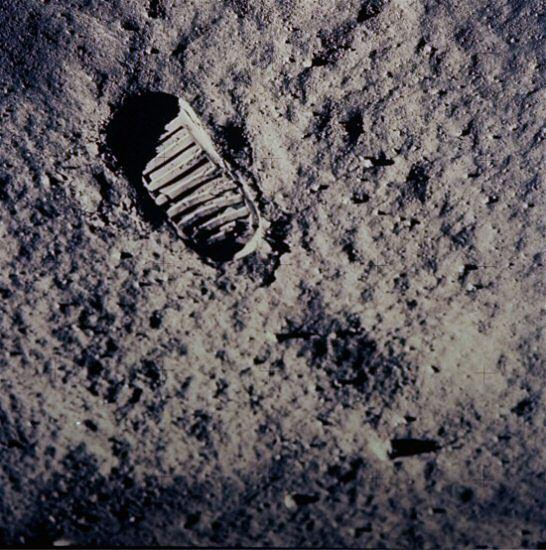 Zobacz, jak Neil Armstrong stawiał pierwszy krok na Księżycu