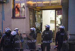 Lubin. Atak demonstrantów na komendę. Kilku funkcjonariuszy rannych