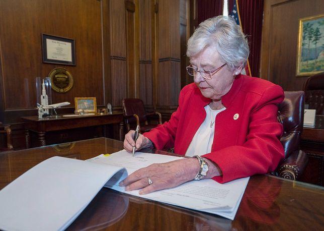 Republikanka Kay Ivey pełniąca funkcję guberantor Alabamy podpisała ustawę ograniczającą prawo do aborcji