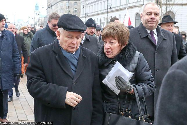 Jarosław Kaczyński w obecności Zofii Itman, która w ręku ma plik dokumentów