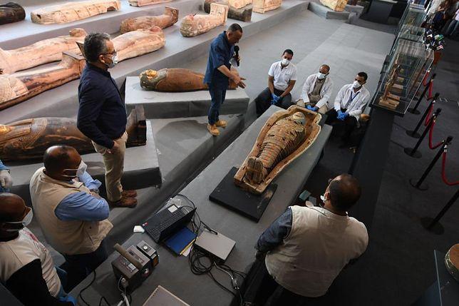 Jeden z odnalezionych sarkofagów (twitter.com/khaledelenany6)