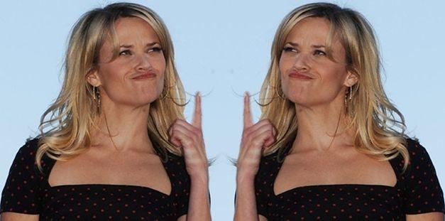 Szczęśliwa Reese z wielkim diamentem na palcu