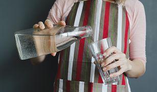 Nie przynoś do domu ciężkich butelek. Czas na domowe filtrowanie wody