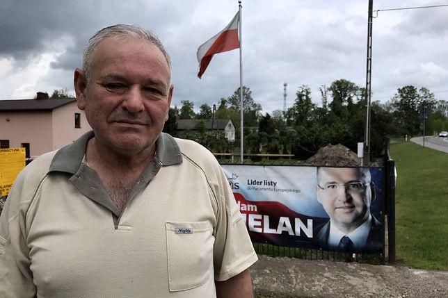 Wybory do Europarlamentu 2019. Osiem bannerów z wizerunkiem Adama Bielana umieszczonych na płocie okalającym gospodarstwo Ryszarda Wysockiego.