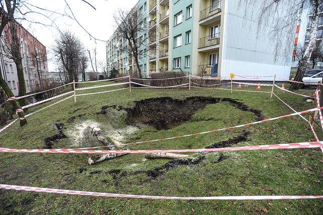 Na osiedlu Podwale w Jaworznie (woj. śląskie) zapadła się ziemia