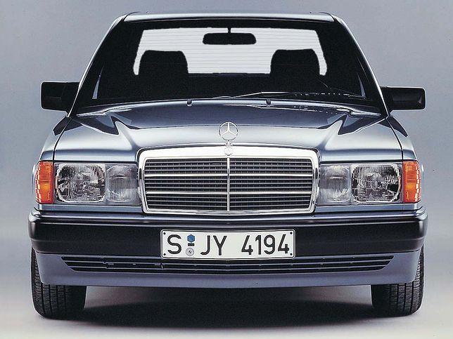 Mercedes też instalował mniejsze lusterka po stronie pasażera.