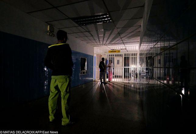 Pogrążony w ciemnościach szpital Miguel Perez Carreno w Caracas