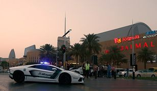 Patrol policji w handlowej dzielnicy Dubaju