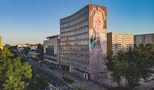 """""""Wyślij pocztówkę do Babci"""". Inspirujący mural w Białymstoku"""