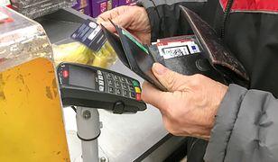 Sklepy nie mogą zakazać klientom płacenia gotówką i wymagać tylko używania karty (zdjęcie ilustracyjne)