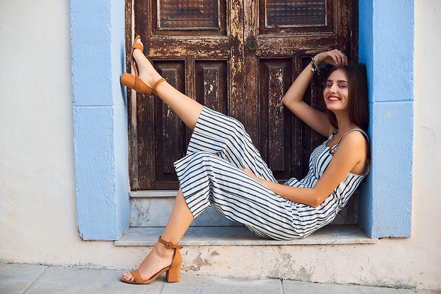 Wygodny kombinezon, do tego modne sandałki i strój na lato gotowy