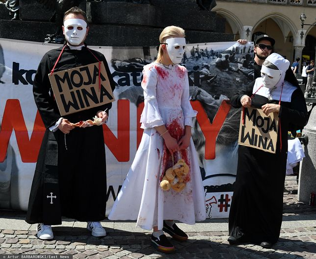 """""""Kościół winny, nie święty"""". Antyklerykalny protest w Krakowie"""