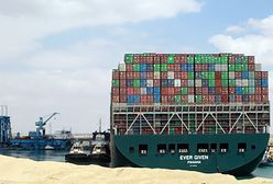 Kanał Sueski. Kontenerowiec nieco przesunięty, ale nadal blokuje przepływ towarów