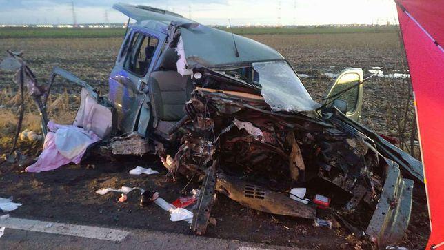 Zdjęcie z wypadku, do którego doszło 1 stycznia na drodze z Plewisk do Gołusek