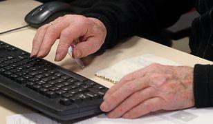 Cześć emerytów nadal nie korzysta z internetu, by płacić rachunki. Ich zmiana logowanie nie dotknie.