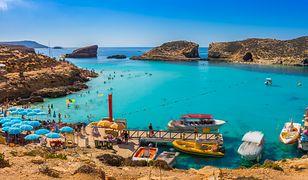 Punktem obowiązkowym podczas pobytu na Malcie jest wycieczka statkiem do Błękitnej Laguny na Comino