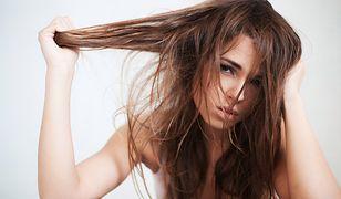 Przetłuszczające się włosy to problem wielu kobiet przechodzących menopauzę i dziewcząt w okresie dojrzewania