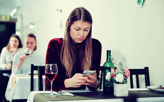 Samotna kobieta w pubie czy restauracji nadal budzi skrajne emocje. Przekonałam się o tym