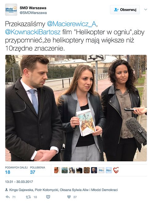 """Przedstawiciele Młodych Demokratów PO wręczają film """"Helikopter w ogniu"""" kierownictwu MON."""