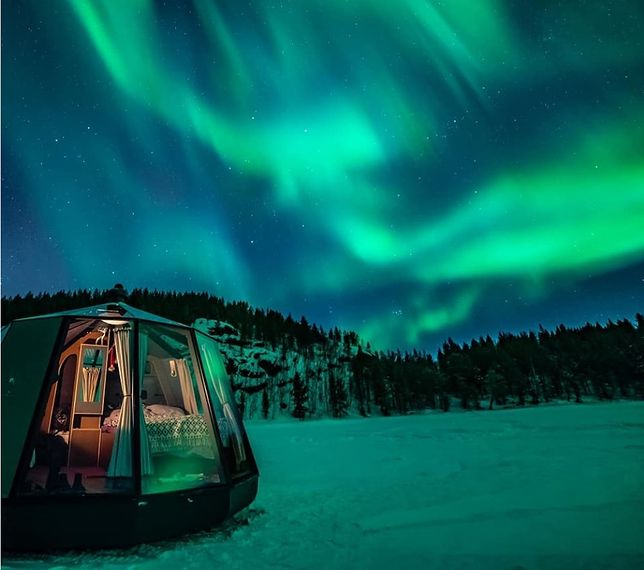 Dzięki przeszklonym ścianom igloo można podziwiać zorzę polarną w całej okazałości